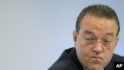 Oswald Gruebel reacts during a news conference in Zurich (2009 file photo).