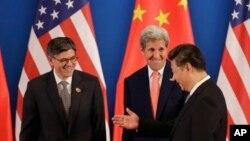 Presiden China Xi Jinping (kanan) berbicara dengan Menlu AS John Kerry (tengah) dan Menkeu AS Jacob Lew pada acara dialog AS-China di Beijing, Senin (6/6).