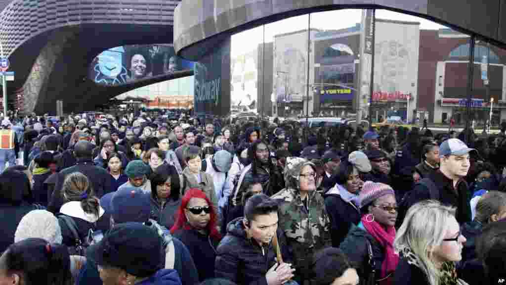 Người đi làm ở quận Brooklyn, thành phố New York, rồng rắn xếp hàng lên xe buýt vào khu Manhattan do hệ thống tàu điện ngầm đóng cửa trên khắp thành phố.