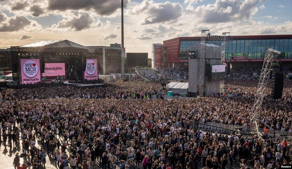 在英国伦敦遭到恐怖袭击的一天后,5万观众和不少歌星参加了在英国曼彻斯特举行的慈善音乐会《同一个爱·曼彻斯特》(2017年6月4日)