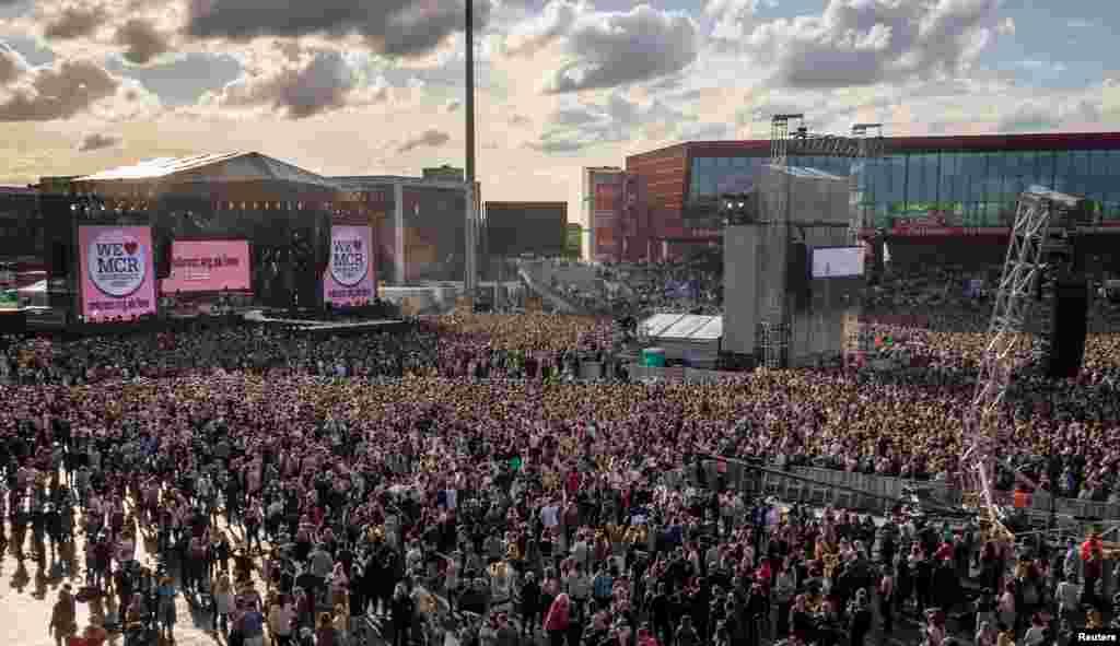 """在英国伦敦遭到恐怖袭击的一天后,5万观众和不少歌星参加了在英国曼彻斯特举行的慈善音乐会《同一个爱·曼彻斯特》(2017年6月4日)。舞台两侧的标语是""""我们爱曼彻斯特紧急救助基金""""。演唱会的利润将捐给曼彻斯特紧急救助基金和英国红十字会。"""