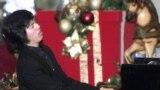2001年12月9日,李云迪在香港的一个购物中心演奏。