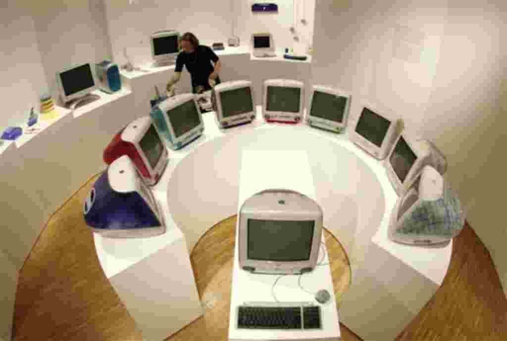 """El Museo de Artes y Oficios de Hamburgo expone """"Stylectricals"""" iMacs de finales de los 90. Diseñados por Jonathan Ive, uno de los diseñadores más exitosos de la compañía estadounidense Apple."""