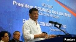 베트남을 방문중인 로드리고 두테르테 필리핀 대통령이 28일 하노이에서 현지 필리핀 거주민들과 간담회를 진행하고 있다.