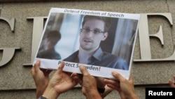 Foto Edward Snowden yang dipegang oleh para pendukungnya di Hong Kong saat berunjuk rasa di depan kantor Konsulat AS Juni 2013. (Foto: Dok)