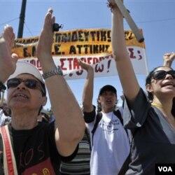 Demonstrasi oleh para pekerja Yunani, yang tidak setuju dengan kebijakan pengetatan anggaran oleh pemerintah, kembali berlangsung di Athena pekan lalu.