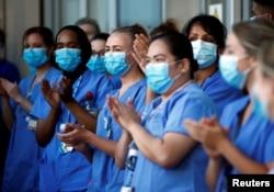 Para pekerja NHS di Rumah Sakit Royal London di tengah pandemi COVID-19 di London, Inggris, 28 Mei 2020. (REUTERS)