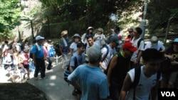 大图:民主登高日参加者约15人分为一小组,测试一旦占中发生,小队分散运作的安排及通讯(美国之音汤惠芸拍摄)