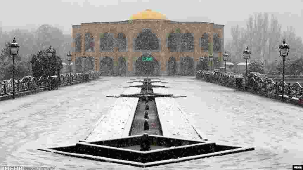 این روزها، بارش برف پاییزی تبریز را سفید پوش کرد. عکس: پویا عباسی، مهر