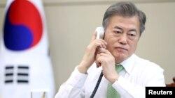 문재인 한국 대통령이 4일 청와대 집무실에서 중국 시진핑 국가주석과 전화통화를 하고 있다.
