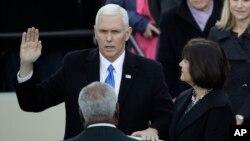 El vicepresidente Mike Pence es juramentado.