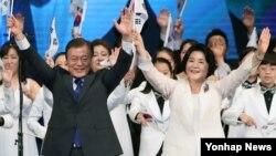 문재인(왼쪽) 대통령과 부인 김정숙 여사가 15일 세종문화회관에서 열린 제72주년 광복절 경축식에서 만세삼창을 하고 있다.