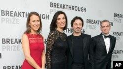 از چپ: ان ووچیکی (یکی از بنیانگذران جوایز)، هدا زوغبی (برنده جایزه در علوم طبیعی)، سرگی برین (یکی از بنیانگذاران جوایز) و مهمان