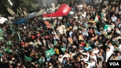 سیاسی حلقوں کے مطابق مسلم لیگ ن کے کارکن نواز شریف کے بیانیے کو پسند کرتے ہیں۔