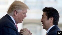 도널드 트럼프 미국 대통령(왼쪽)과 아베 신조 일본 총리가 10일 백악관에서 만나 손을 맞잡고 있다.