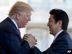 도널드 트럼프(왼쪽) 미국 대통령과 아베 신조 일본 총리가 지난 2월 백악관 회담에 앞서 인사하고 있다. (자료사진)