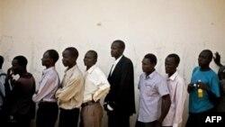 Жители Южного Судана стоят в очереди к избирательным урнам.