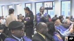 امریکہ میں مقیم ہیٹی کے شہری ایک نئےامریکی امیگریشن پروگرام کے بارے میں معلومات کے حصول کے لیے بروکلن کے امیگریشن دفتر میں
