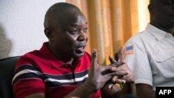 Vital Kamerhe, mokambi ya UNC, azali koyanola na bapanzi sango, na Kinshasa, 13 septembre 2014.