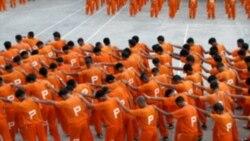 زندانیان در حال اجرای رقص «تریلر»