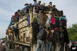 Caravana de migrantes centroamericanos marcha a través de México.