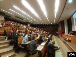 """Učesnici ttribine """"Pozorište kao ogledalo stvarnosti"""", koja je u sklopu serije tribina """"Nije filozofski ćutati"""" održana na Filozofskom fakultetu u Beogradu, 18. aprila."""