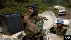 Les soldats de la Monusco patrouillent le long du parc national Kahuzi-Biega en RDC le 27 septembre 2005.