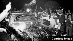 """克里斯托弗座車遭台灣民眾""""蛋洗"""" (CTS歷史資料畫面截圖)"""