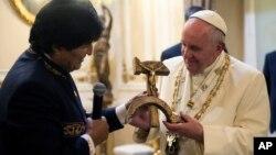 Эво Моралес дарит папе римскому Франциску распятие в форме серпа и молота.