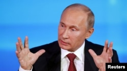 Presiden Rusia Vladimir Putin dalam jumpa pers di Moskow, menyatakan pembelaannya atas usulan undang-undang Dima Yakovlev, yang akan melarang warga AS untuk mengadopsi anak Rusia (20/12).