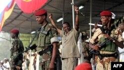 Predsednik Čada Idris Debi pozdravlja svoje sledbenike tokom izbornog skupa