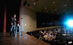 Komedian Lewis Black mengajar kelas komedi di Universitas North Carolina, Chapel Hill, 24 Maret 2006. (Foto: AP)