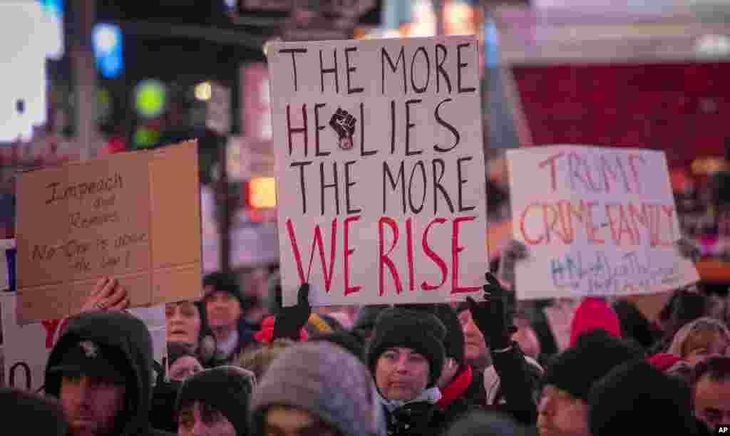 صدر ٹرمپ کے مخالفین ان کے خلاف مواخذے کی کارروائی آگے بڑھانے کے خواہش مند ہیں۔ منگل کو نیو یارک میں ہونے والے مظاہرے میں ایک شخص نے بینر اٹھایا ہوا تھا جس پر درج ہے کہ صدر ٹرمپ جتنا جھوٹ بولیں گے ہم اتنا ہی ان کے خلاف کھڑے ہوں گے۔