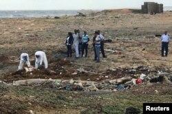 Trabajadores forenses levantan el cuerpo de una persona que murió en un naufragio de venezolanos que huían a Curazao. Willemstad, enero 12, 2018.