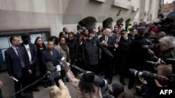 Bà Lawrence Doreen, mẹ của thiếu niên da đen bị giết hại Stephen Lawrence, phát biểu trước giới truyền thông bên ngoài tòa án ở London, ngày 4/1/2012