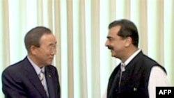 联合国秘书长潘基文(左)与巴基斯坦总理吉拉尼(右)星期日会谈