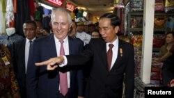 Presiden Joko Widodo (kanan) menjelaskan kepada tamunya, PM Australia Malcolm Turnbull saat mengunjungi Pasar Tanah Abang, Kamis (12/11).