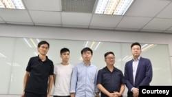 香港众志秘书长黄之锋(左三)和香港学联前副秘书长岑敖晖(左二)与香港立法会议员朱凯迪(左一)在民进党总部与民进党秘书长罗文嘉(右二)和副秘书长林飞帆(右一)。(2019年9月3日,民进党提供)