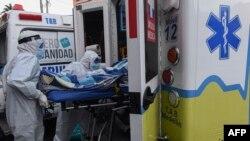 COVID 19 လူနာတဦးကို အေရးေပၚလူနာတင္ကားေပၚသယ္ေဆာင္ေနတဲ့ က်န္းမာေရး၀န္ထမ္းမ်ားကို Colombia ႏိုင္ငံ Medellin ၿမိဳ႕မွာေတြ႔ရ။ (ၾသဂုတ္ ၀၃၊ ၂၀၂၀)