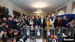 Ukrayna prezidenti və seçkilərdə namizəd Petro Poroşenko ailə üzvləri ilə birlikdə Kiyevdə səsvermə məntəqəsində, 21 aprel, 2019.