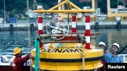 Para insinyur memuat alat deteksi tsunami buoy ke kapal Baruna Jaya I untuk uji coba sebelum dipasang di Ocean 241 km (150 miles) dari pelabuhan Merak di Banten, 10 April 2007. (Foto:dok/Reuters)