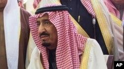 Raja Salman saat menghadiri pemakaman Raja Abdullah di Riyadh (23/1).