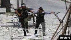 Borci Slobodne sirijske armije traže zaklon u četvrti Seif El Davla u Alepu