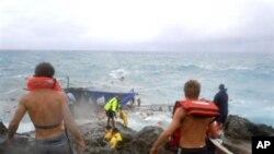 聖誕島上居民企圖搶救海浪中的尋求庇護者