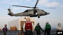 海鹰直升机从安慰号起飞接运海地伤员