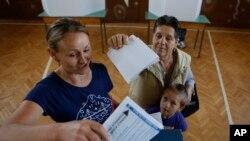 Cử tri Bosnia đi bỏ phiếu tại một phòng phiếu gần Tuzia, 12/10/14