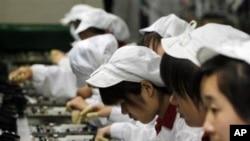 為蘋果公司生產零件的富士康生產線。