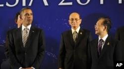 美国总统奥巴马(左)、缅甸总统吴登盛(中)和中国总理温家宝11月19日在印尼巴厘岛