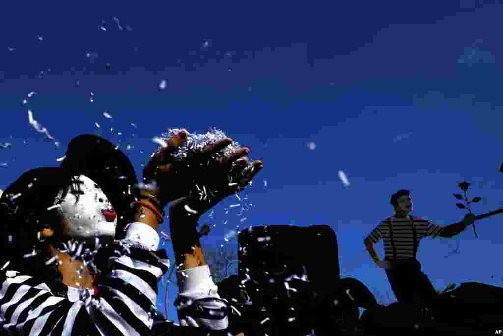 ក្មេងម្នាក់ផ្លុំកម្ទេចក្រដាសពីដៃរបស់នាង ក្នុងពេលដើរក្បួន Carnival នៅក្នុងក្រុង Limassol របស់ប្រទេសស៊ីប។ ការដើរក្បួនក៏វែងរបស់ក្រុង Limassol គឺជាការកើរក្បួនដ៏ល្បី និងធំបំផុតរបស់ប្រទេសស៊ីប ដោយបានទាក់ទាញអ្នកចូលរួមមកពីទូទាំងកោះមេឌីទែរ៉ាណេខាងកើត។