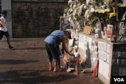 港铁太子站C1出口的街对面,也是旺角警署旁边的被民众用来纪念8.31太子站事件,放眼望去遍地白色鲜花(2019年9月18日,美国之音鸣笛拍摄)